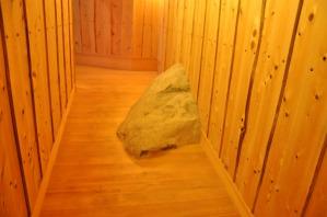 廊下から飛び出している石