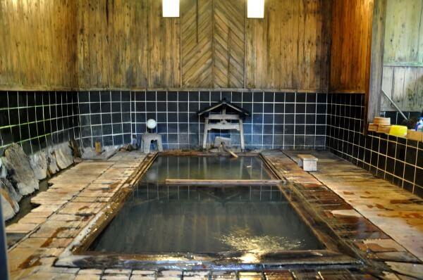 浴槽底からポコポコと湧く自噴の温泉