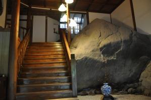 入り口にあるドーンと存在感いっぱいの岩