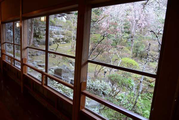 廊下の大きな窓から見える景色は美しい