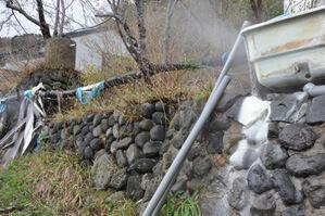 宿の周辺にはいたるところから湯がこぼれ落ちている