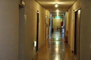 歩くとドスドス音がする古い廊下