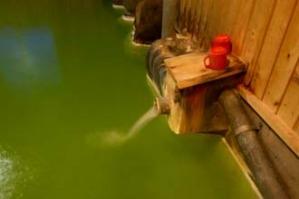 ドド~ッと湯口から流れる源泉