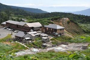 高山植物に囲まれた宿と露天風呂