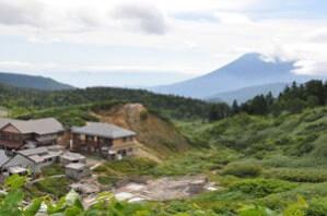 高山植物に囲まれた宿と露天風呂2