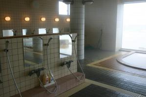 シャワー・カランは豊富 シャンプー・リンスも備えられている。