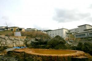 海の反対側にはホテルが案外近くに建っている。
