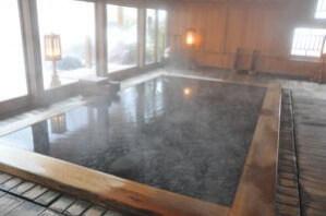 浴槽底には石が敷き詰められている