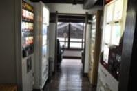 販売機はあまり見えないように設置されている