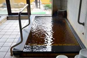 男性用内湯 熱湯 源泉掛け流し pH7.3(中性) 浴槽温度:43.8度 浴槽鮮度:約2-3時間で1回転★★★★