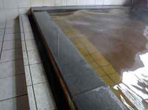 お湯はオーバーフローで廃湯専用の排水溝から排出