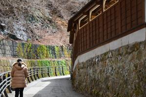 湯屋を囲う風情のある壁