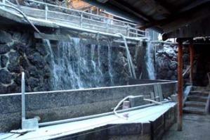 露天風呂の横には人口的な滝がある