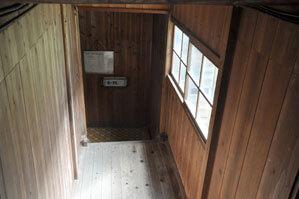 浴室までの長い階段