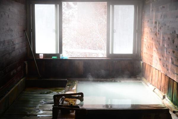 内湯 源泉掛け流し/加温 浴槽41.5度 PH6.1(中性) 鮮度:約2-3時間で回転★★★★