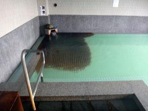 源泉湯口付近の床は黒く変色