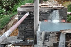 オンドル小屋脇には温泉が垂れ流されており湯量の豊富さがうかがえる