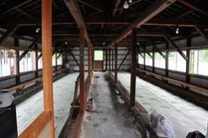 オンドル小屋内 地熱で床があたたかい。