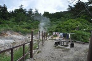 オンドル小屋裏には洗濯物干しと休憩場所があり、またその脇には大きな地獄が広がる。