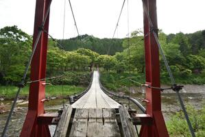 トチニの湯へ向かう途中の吊り橋