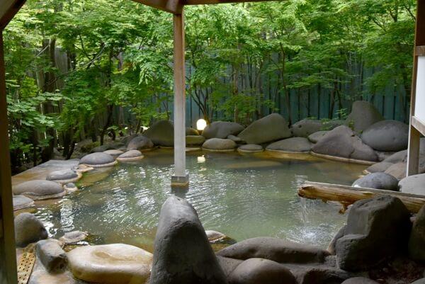 こもれびの湯 (この時は女性用露天風呂でした) 源泉かけ流し 混合泉 pH7.3(中性)