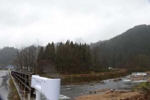橋の手前から右奥へ白いビニールハウスが見える