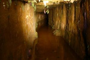 銀鉱山洞窟跡
