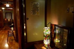 建物内はかわいらしいライトで装飾されている