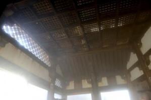 網目状に組まれた天井がみごと