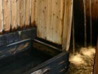 熱い源泉が直に入っている湯船