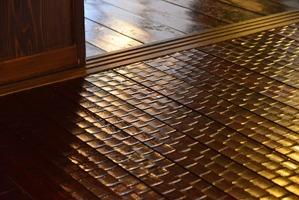 削り模様が入った素敵な床材