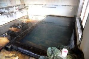 男性用内湯 源泉掛け流し 浴槽39.9度 PH7.05(中性) 鮮度:約3-4時間で回転