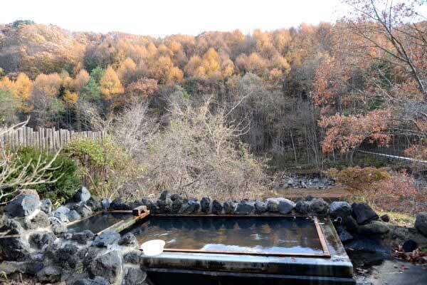 露天風呂 混浴 源泉掛け流し 浴槽34.5度(大)・39.7度(小) PH7.05(中性) 鮮度:約4時間で回転
