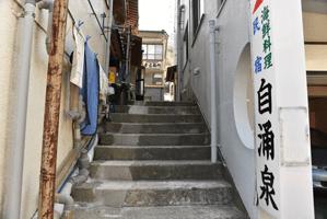 入口までは階段を上ります