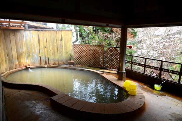 桐の湯 貸切露天風呂 源泉掛け流し 浴槽43.3度 PH6.0(中性) 鮮度:約4時間で回転