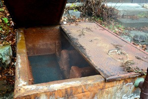 旅館前にある源泉槽