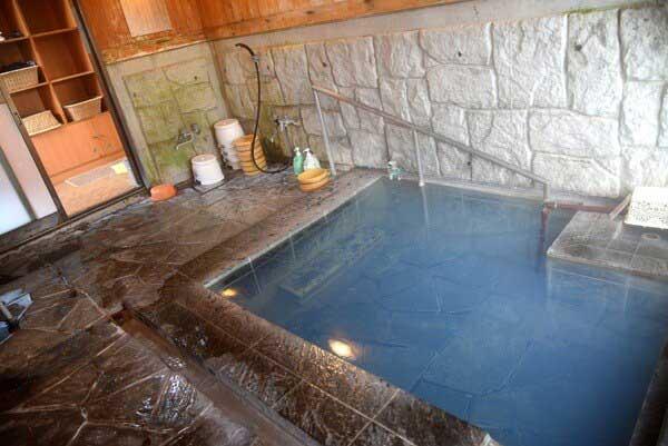 貸切風呂 源泉掛け流し 浴槽温度44度 pH8.8(弱アルカリ性)
