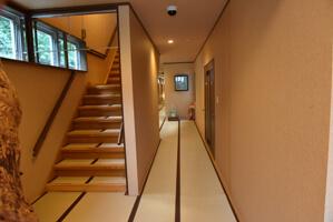 泰山へ入ると畳敷きの廊下が