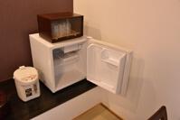 カラの冷蔵庫、ポット、グラス類