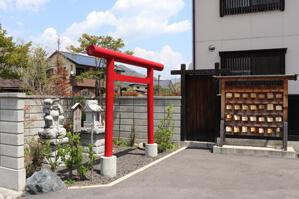 駐車場にある小さな神社