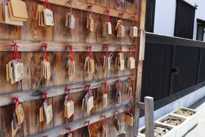 駐車場にある恵比寿様の神社で絵馬をぶら下げてきました