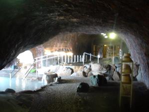 洞窟内は幻想的