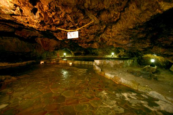 本物の洞窟の荒々しさが素晴らしい