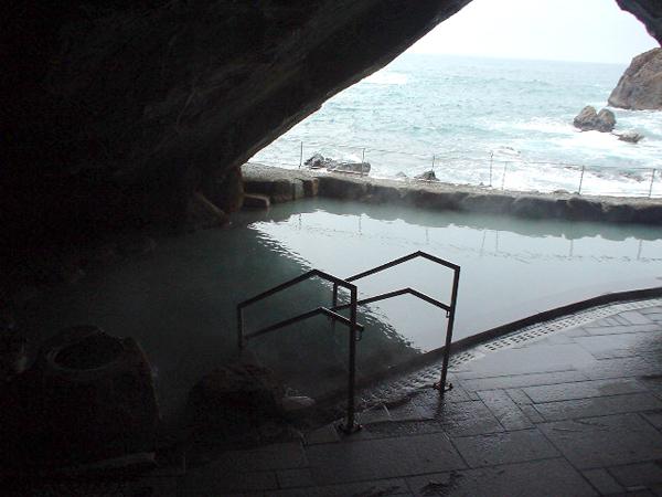 忘帰洞 自然そのままの洞窟からの景色