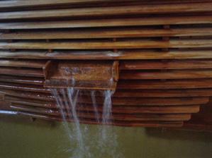 源泉湯口 源泉が高温の為加水