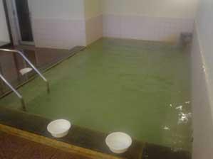 緑がかった湯が綺麗