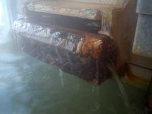 内湯の源泉投入口