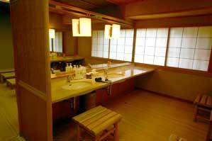 洗面所 化粧水、乳液、コットン、ドライヤー、洗顔フォーム