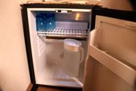 冷蔵庫の中 冷水、コップ